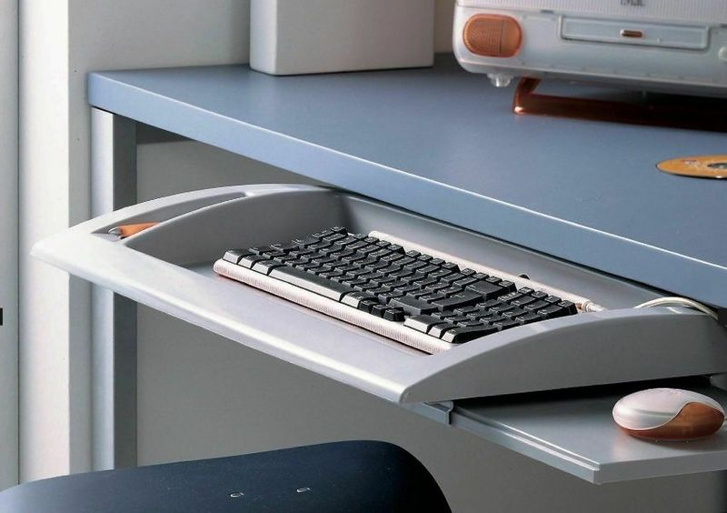 keyboard-port-to-a-pc-under-the-desk-top-professional-gaming